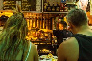Pratos típicos da América do Sul: Parrilla no mercado central de Montevideo.
