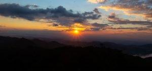 por-do-sol-no-topo-da-montanha